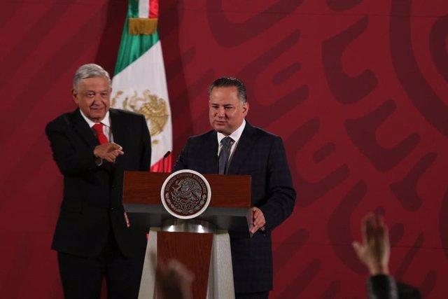 El presidente de México, Andrés Manuel López Obrador, y el jefe de la Unidad de Inteligencia Financiera (UIF) , Santiago Nieto.