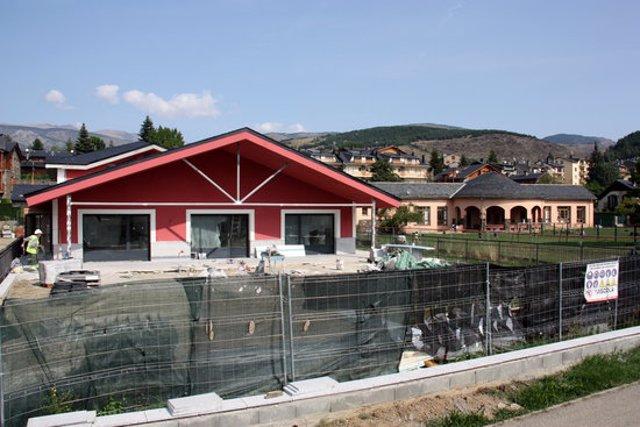Pla general de les obres del nou edifici de l'escola de Llívia (Cerdanya), en la seva recta final, i on es veu el pati i les actuals dependències al fons. Imatge del 17 de setembre de 2020 (Horitzontal).