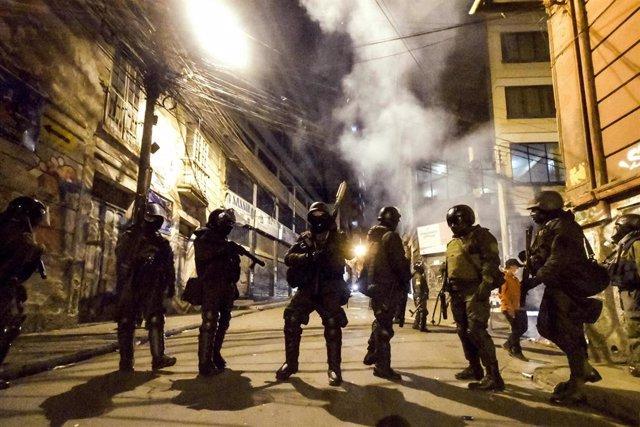"""La salida del Evo Morales de Bolivia trajo consigo fuertes distrubios y enfrentamientos entre sus partidarios y las fuerzas del orden, así como con """"grupos civiles"""" contrarios al expresidente boliviano."""