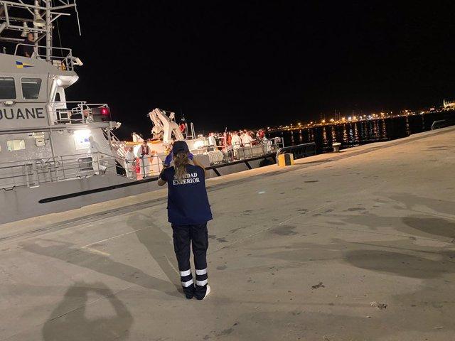 Llega a puerto la embarcación que traslada a los migrantes llegados a Mallorca
