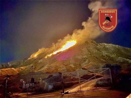 Un incendio forestal calcina cuatro hectáreas de monte bajo en la Sierra de Fontcalent en Alicante