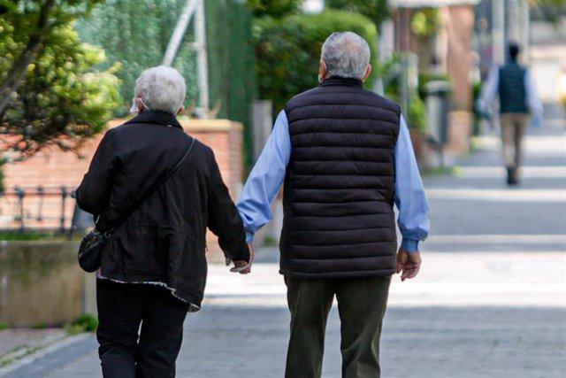 Dos ancianos en un parque, en Madrid (España), a 2 de mayo de 2020. .