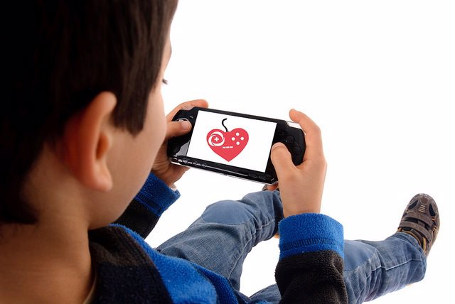 Niño jugando. Videojuego de salud.