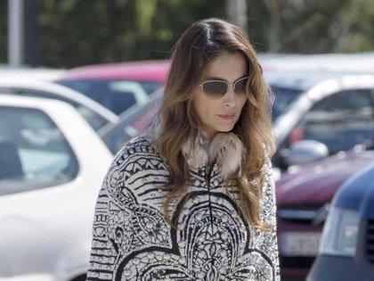 Paloma Cuevas, cabizbaja y volcada en el cuidado de sus hijas, prefiere no hablar de su separación de Enrique Ponce
