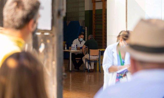 Pruebas de PCR a los maestros en el instituto Murillo de Sevilla, en una imagen de archivo.