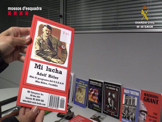 Material intervenido a los dos detenidos por enaltecimiento del terrorismo racista en la Pobla de Cérvoles (Lleida) y en Campello (Alicante).