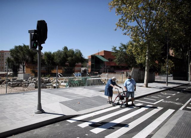 Una pareja de ancianos en las inmediaciones del IES Gran Capitán, donde se están realizando obras, en Madrid (España), a 4 de septiembre de 2020. Las AMPAS de los colegios Tomás Bretón y Joaquín Costa y del instituto Gran Capitán, en el entorno del antigu