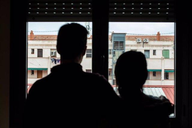 Jorge, actor, y Fernanda, profesora en su casa, después de que Sareb (Sociedad de Gestión de Activos procedentes de la Reestructuración Bancaria) haya pedido al juez el aplazamiento del desalojo de estas 18 familias de diferentes barrios de Madrid, en Car