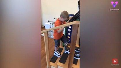 Este niño vuelve a caminar después de que un accidente con la cortacésped le dejara con parte de una pierna amputada