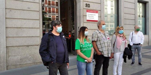 Representantes de los sindicatos STEM, CCOO, CGT y UGT frente a la Consejería de Educación en la primera jornada de huelga del profesorado, a 22 de septiembre de 2020, en Madrid.