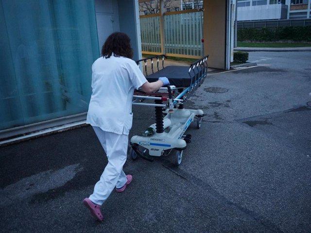 Personal sanitario del Hospital de Navarra traslada una camilla desinfectada en el Servicio de Urgencias durante la cuarta semana de confinamiento por el Estado de Alarma decretado por el Gobierno de España con motivo del coronavirus, COVID-19. En Pamplon