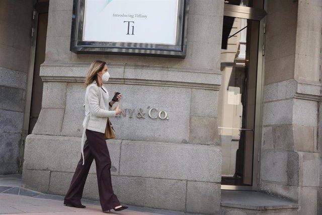 Una mujer pasa junto a la entrada de la tienda Tiffany de la calle José Ortega y Gasset, 10 de Madrid. Las ventas de compañía estadounidense de joyería retrocedieron un 45% entre febrero y abril, hasta 556 millones de dólares, ya que la empresa mantuvo ce
