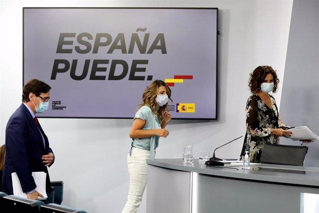 (I-D) El ministro de Sanidad, Salvador Illa; la ministra de Trabajo y Economía Social, Yolanda Díaz; y la ministra de Hacienda y Portavoz, María Jesús Montero, comparecen en rueda de prensa posterior al Consejo de Ministros en Moncloa, Madrid (España), a