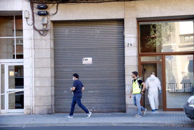 Efectius dels Mossos d'Esquadra a l'edifici de l'avinguda de les Garrigues de Lleida on ha tingut lloc l'homicidi. Imatge del 19 de setembre de 2020. (Horitzontal)