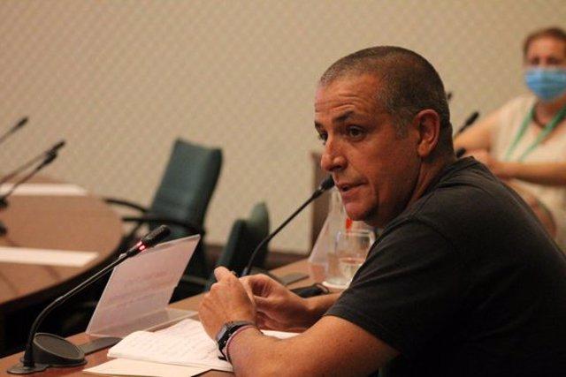 Primer pla del representant de la Federació d'Associacions Veïnals de Tarragona (FAVT), Justo Velilla, durant la compareixença a la comissió d'estudi de la seguretat de la petroquímica al Parlament, el 22 de setembre del 2020. (Horitzontal)