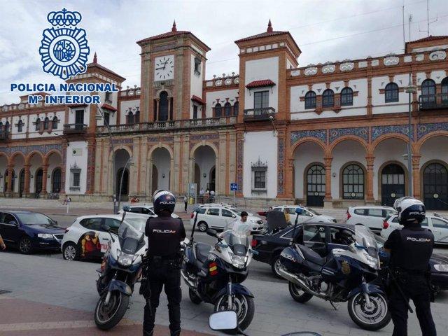 Policías nacionales en la estación de Jerez