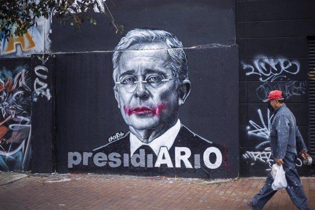 Mural contra el expresidente de Colombia Álvaro Uribe, en el que se recuerda su supuesta implicación en la masacre de El Aro, a mediados de los 90, una pequeña localidad de Antioquia, mientras él era el gobernador de este departamento.