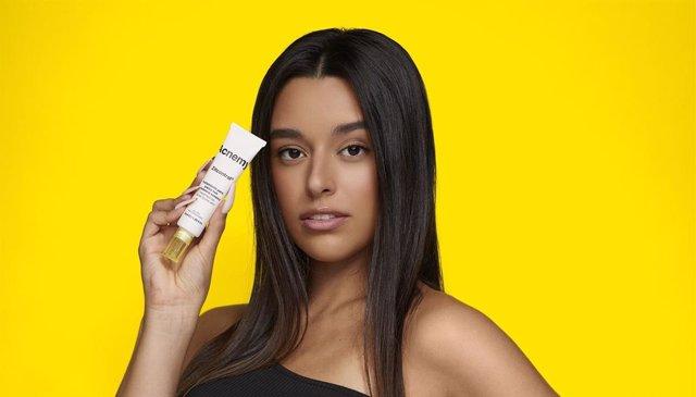 Marta Díaz con la crema Zitcontrol de Acnemy.