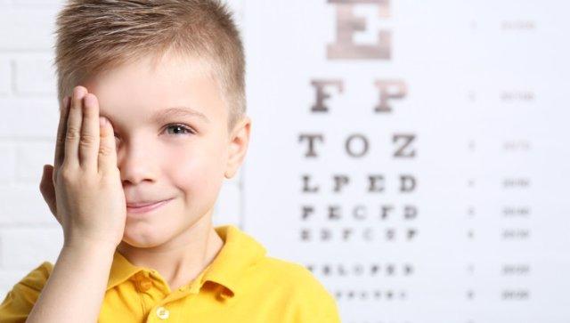 Visión. Niño con problema de visión.