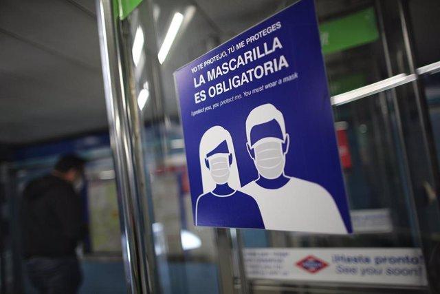Cartel sobre la obligatoriedad de la mascarilla en el metro de Puente de Vallecas, Madrid (España), a 21 de septiembre de 2020.