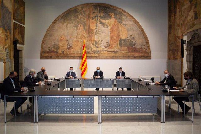 El vicepresidente, Pere Aragonès; el presidente de la Generalitat, Quim Torra; y el conseller de Trabajo, Chakir El Homrani, durante una reunión por las bajas laborales de los padres, en Barcelona, Cataluña (España) a 22 de septiembre de 2020.