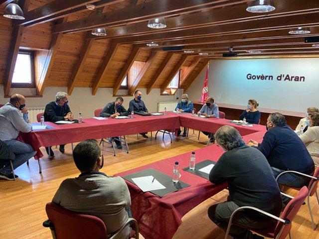 Pla general de la reunió mantinguda al Conselh Generau d'Aran per abordar la temporada d'hivern amb la covid-19. Imatge del 22 de setembre de 2020. (Horitzontal)