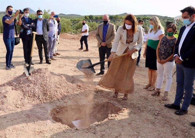 Carmen Crespo coloca la primera piedra de la EDAR de Torredonjimeno