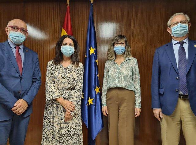 La Secretaria de Estado de Sanidad, Silvia Calzón, junto al presidente del Consejo General de Colegios Oficiales de Médicos, Serafín Romero, y a la vicesecretaria general de dicha institución, Rosa Arroyo.