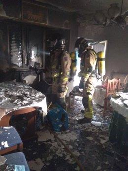 Bomberos en una vivienda de Molina de Segura en la que se ha declarado un incendio