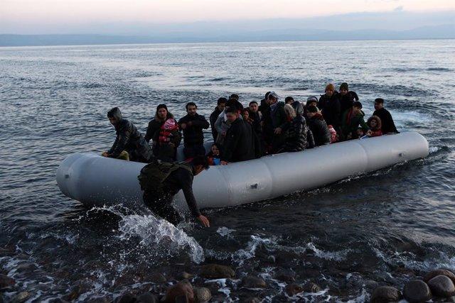 Una embarcació amb migrants llegaa l'illa grega de Lesbos
