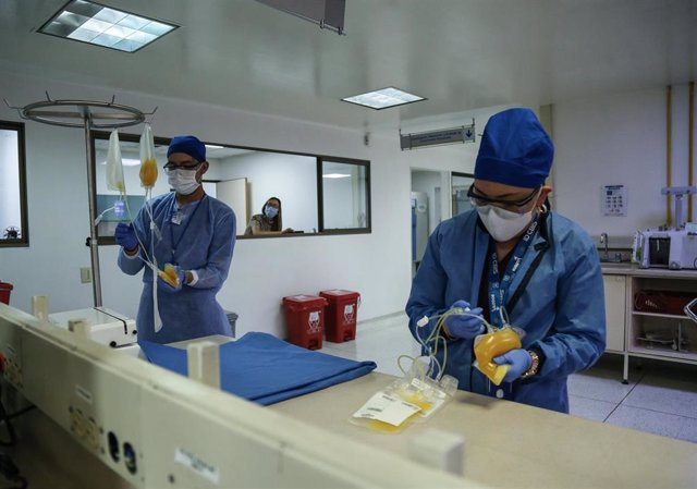 Investigadores colombianos trabajan con plasma de pacientes de la COVID-19 recuperados en Bogotá.