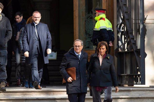 El presidente de la Generalitat, Quim Torra, sale del TSJC acompañado por su mujer tras declarar. El 18 de noviembre de 2019 (ARCHIVO).