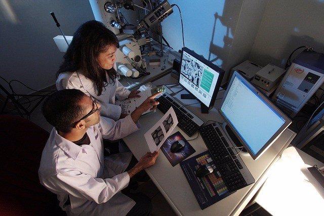 Investigadores trabajando en un laboratorio.