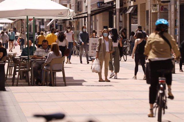 Personas paseando con mascarillas y sentadas en terrazas en una céntrica calle de Vitoria-Gasteiz, Álava, País Vasco (España), a 16 de julio de 2020. A partir de hoy, Euskadi ha decretado el uso obligatorio de la mascarilla, en los espacios al aire libre