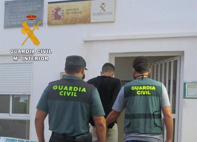 Agentes de la Guardia Civil con un un detenido en Nïjar (Almería)