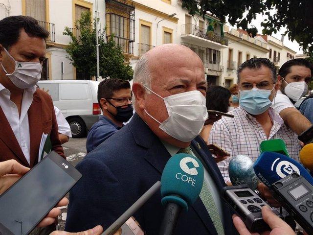 El consejero de Salud y Familias, Jesús Aguirre, atiende a los periodistas en Córdoba, en una imagen de archivo.