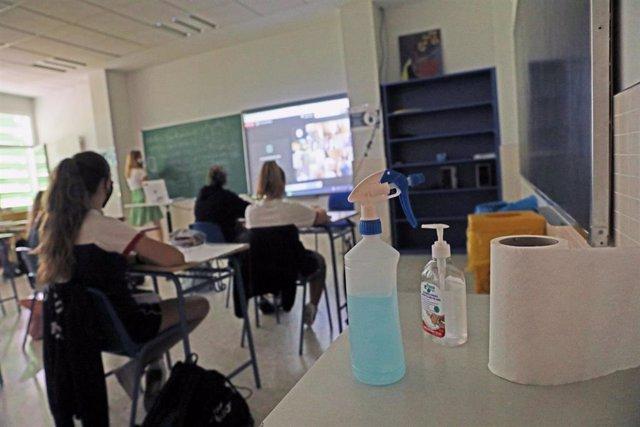 Productos desinfectantes colocados en los pupitres de las aulas.