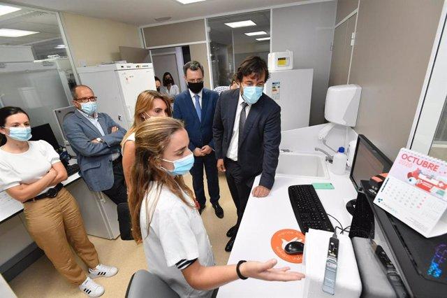 El consejero de Empleo, Investigación y Universidades, Miguel Motas, visitó a los grupos de investigación del IMIB que desarrollan proyectos sobre la Covid-19 en el Centro de Hemodonación, financiados por la Fundación Séneca