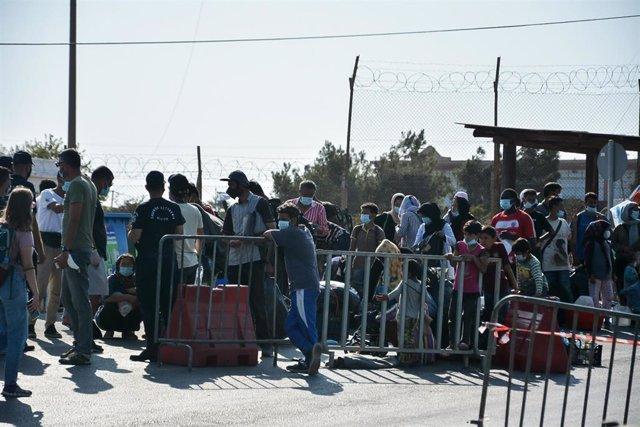 Migrantes evacuados tras el incendio del campo de Moria, en Lesbos