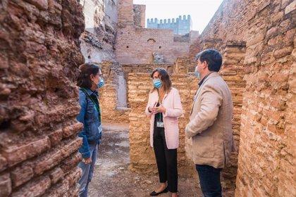 La Alhambra restaura los enlucidos de yeso de los paramentos del baño de la Alcazaba