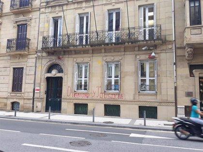 Atacan con pintura roja y amarilla y realizan pintadas en la sede del PSE-EE en San Sebastián