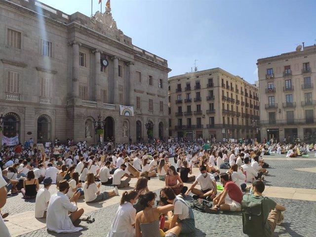 Concentración de Médicos Internos Residentes (MIR) en la plaza Sant Jaume de Barcelona