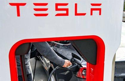 Tesla cae un 5,7% en Bolsa tras anunciar que comercializará un coche eléctrico por 21.400 euros en 2023