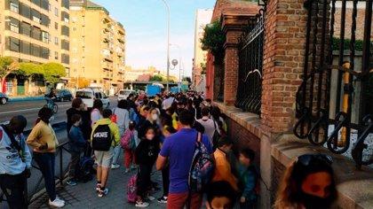 """Más Madrid exige que se amplíe el espacio peatonal en el entorno de los colegios ante las """"aglomeraciones"""" en Retiro"""