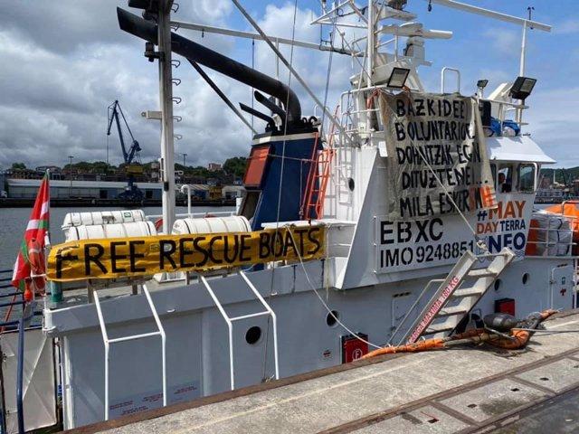 El buque Aita Mari llega al puerto guipuzcoano de Pasaia y trabaja para volver a
