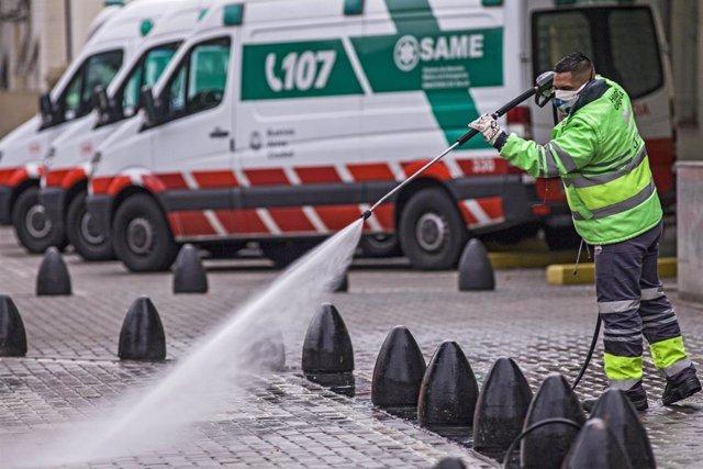 Un trabajador desinfecta las calles de Buenos Aires durante la pandemia
