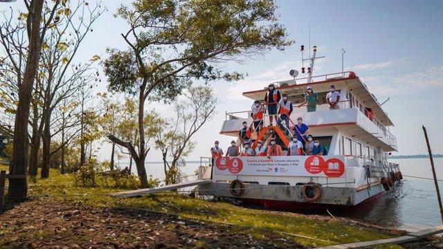 El barco solidario de World Vision durante un viaje por el Amazon para prevenir contra el coronavirus