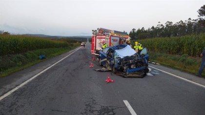 Muere un hombre tras chocar el turismo que conducía con una retroexcavadora en Santa Comba