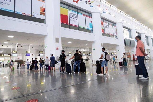 Salida de turistas y residentes al aeropuerto Pablo Ruiz Picasso, después que el Gobierno abriera las fronteras en el primer día sin Estado de Alarma por el virus COVID-19. Málaga a 22 de junio del 2020