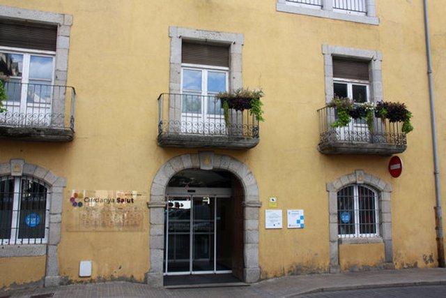 Pla obert on es veu part de la façana de l'antic hospital de Puigcerdà. Imatge del 23 de setembre de 2020 (Horitzontal).